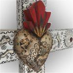 Cruz de madera y repujado con variedad de Milagritos